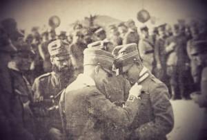 Gabriele-dAnnunzio-appunta-la-medaglia-al-valore-al-Capitano-Natale-Palli-dopo-il-volo-su-Vienna.-300x202
